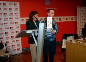 José María Carmena recibe el premio de manos de María del Mar Gil, Concejala de Cultura del Ayuntamiento de Collado Villalba.