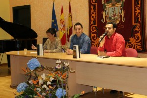 Héctor Moreno, en el centro, en un momento de la presentación junto al alcalde de Añover, Alberto Rodríguez.