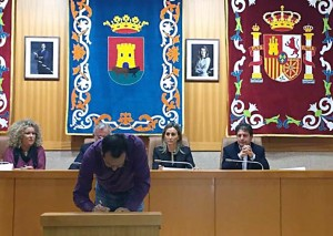 Alberto firmando manifiesto