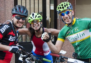La mujer más rápida rodeada de otros ciclistas